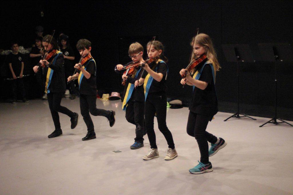 Les enfants de l'orchestre Alizés donnant une représentation